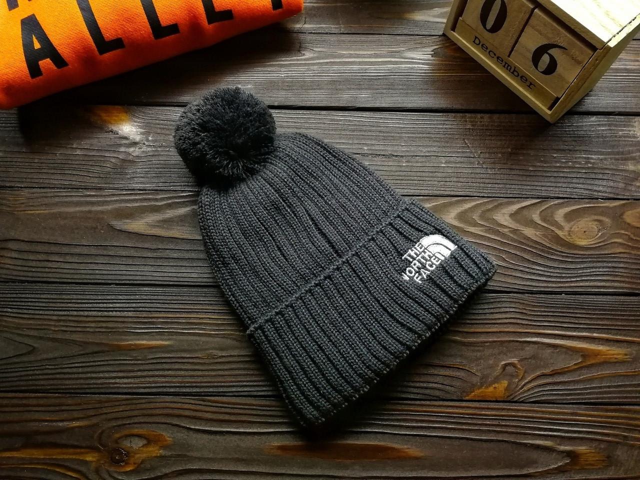 Шапка мужская The North Face серая с помпоном. Зимняя шапка мужская серого цвета с бубоном.