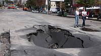 Водії в Україні зможуть повідомляти про ями на дорогах: з'явилася база даних