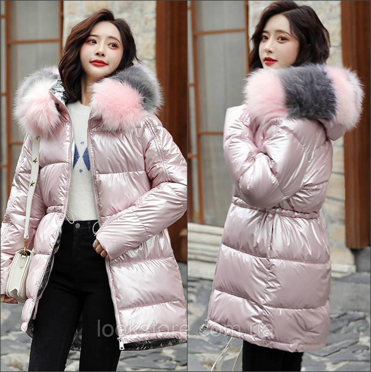 Женская удлиненная куртка с кулиской и искусственным мехом розовая