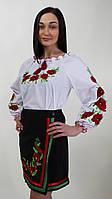 Женская вышиванка с цветочными мотивами.