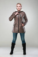 Молодежная удлиненная зимняя куртка прямого силуэта с меховым капюшоном