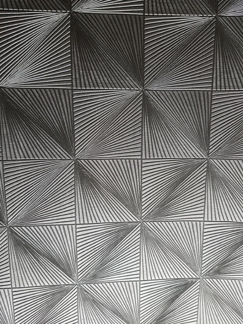 Шпалери флізелінові Grandeco Clarence CR 3508 3D геометрія квадрати трикутники сірі смуги з сріблом