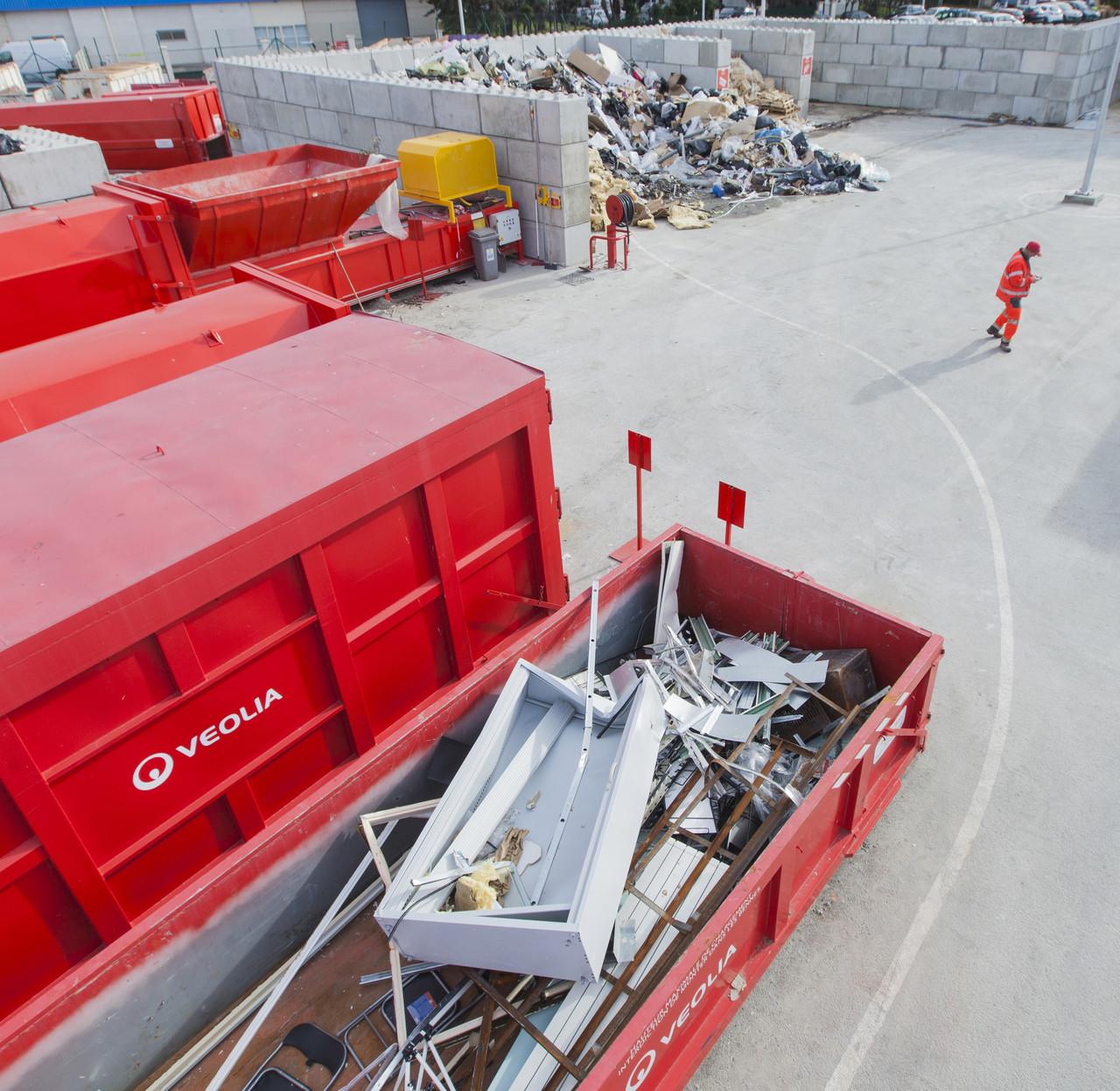 Вывоз строительного мусора контейнерами 7 - 15 куб.м.