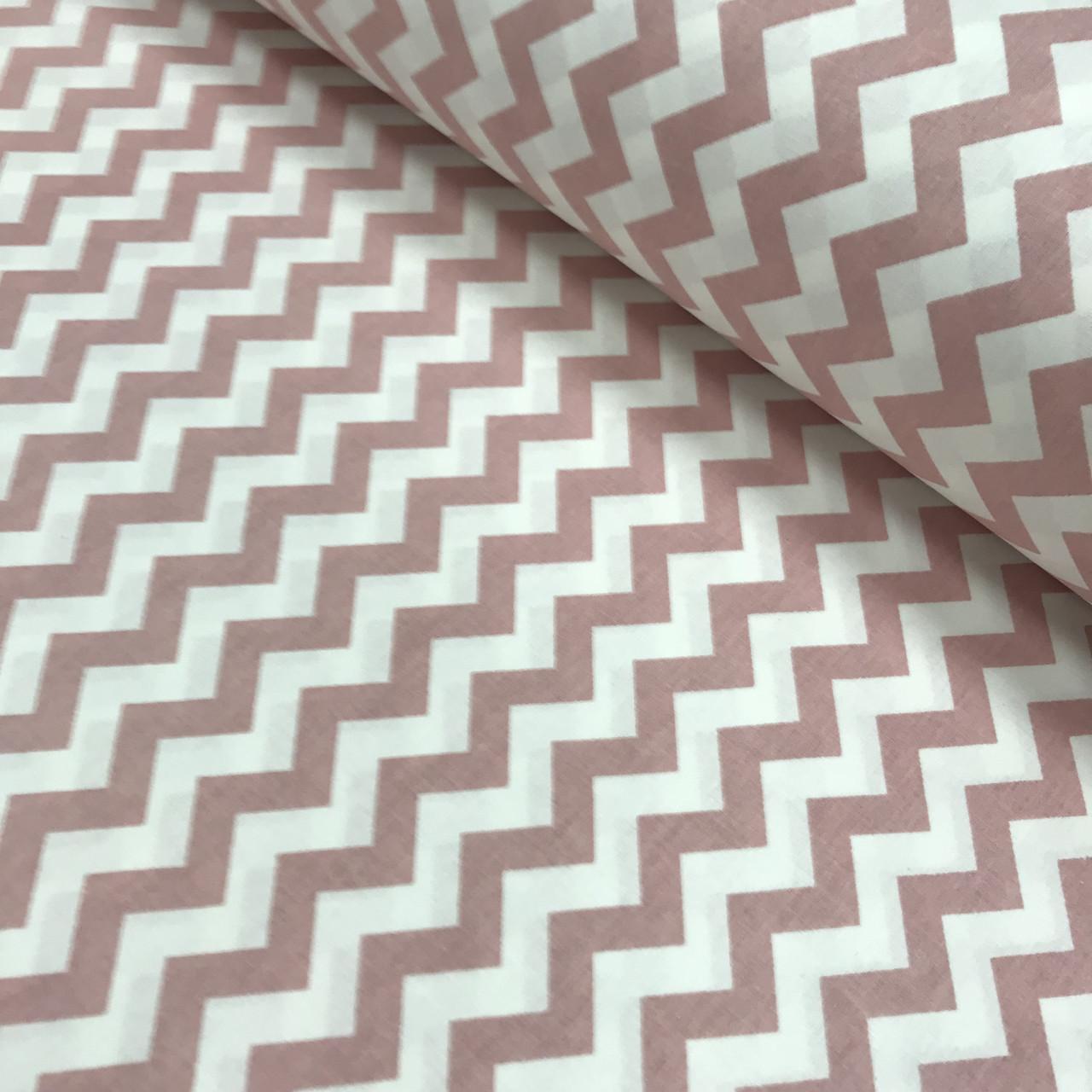 Ткань поплин зигзаг розово-пудровый на белом (ТУРЦИЯ шир. 2,4 м) № 33-15 ОТРЕЗ( 0,45*2,4)