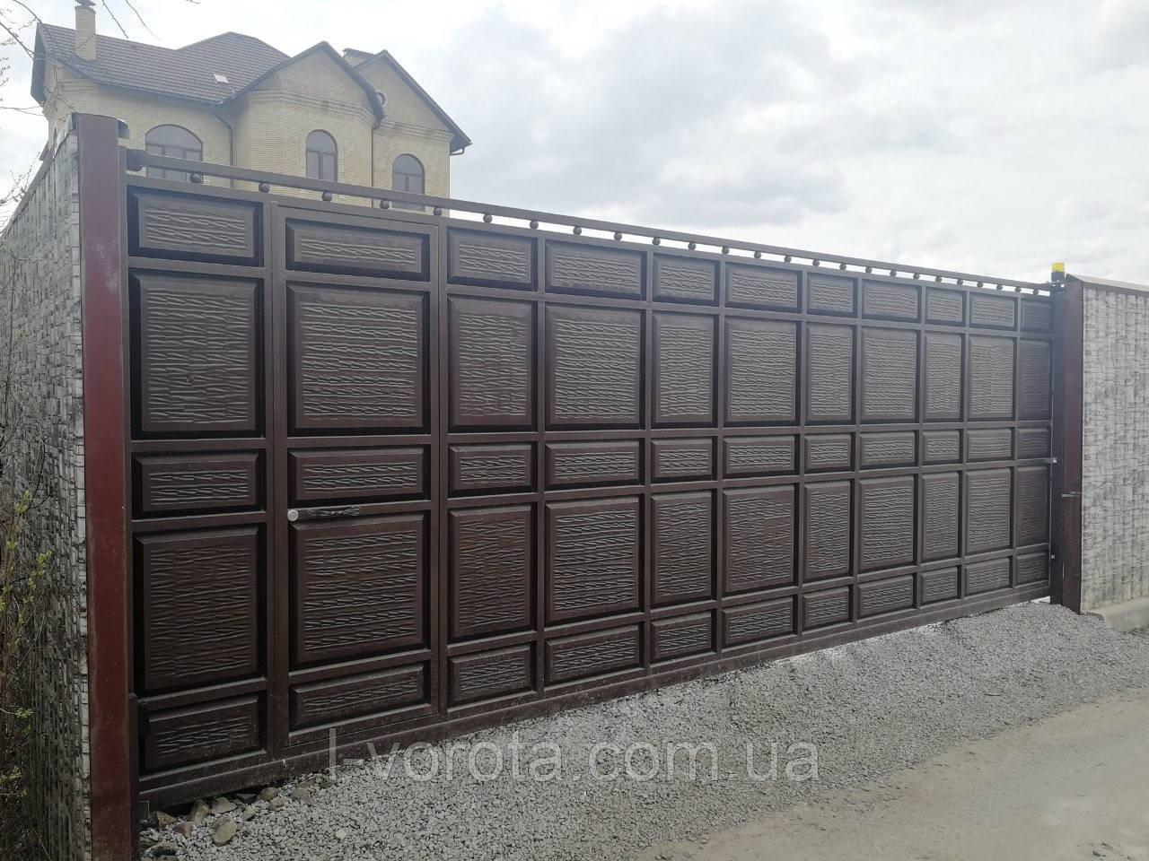 Сдвижные ворота с автоматикой и калиткой 5500 на 2200 (дизайн филенка, шоколадка с узким полем)