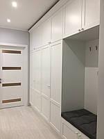 Белый шкаф в прихожую с карнизом и сидушкой