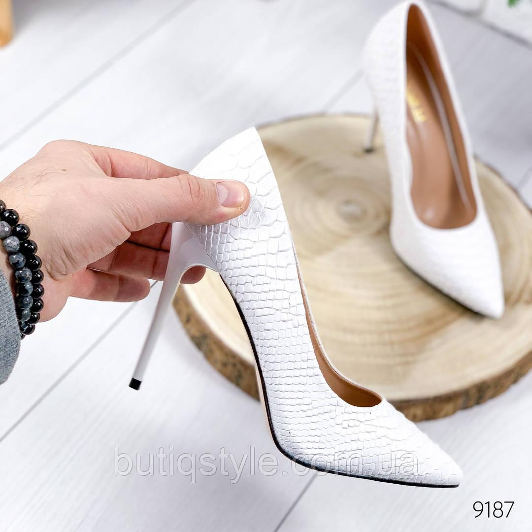 Белые женские туфли-лодочки на шпильке  эко-кожа под питон