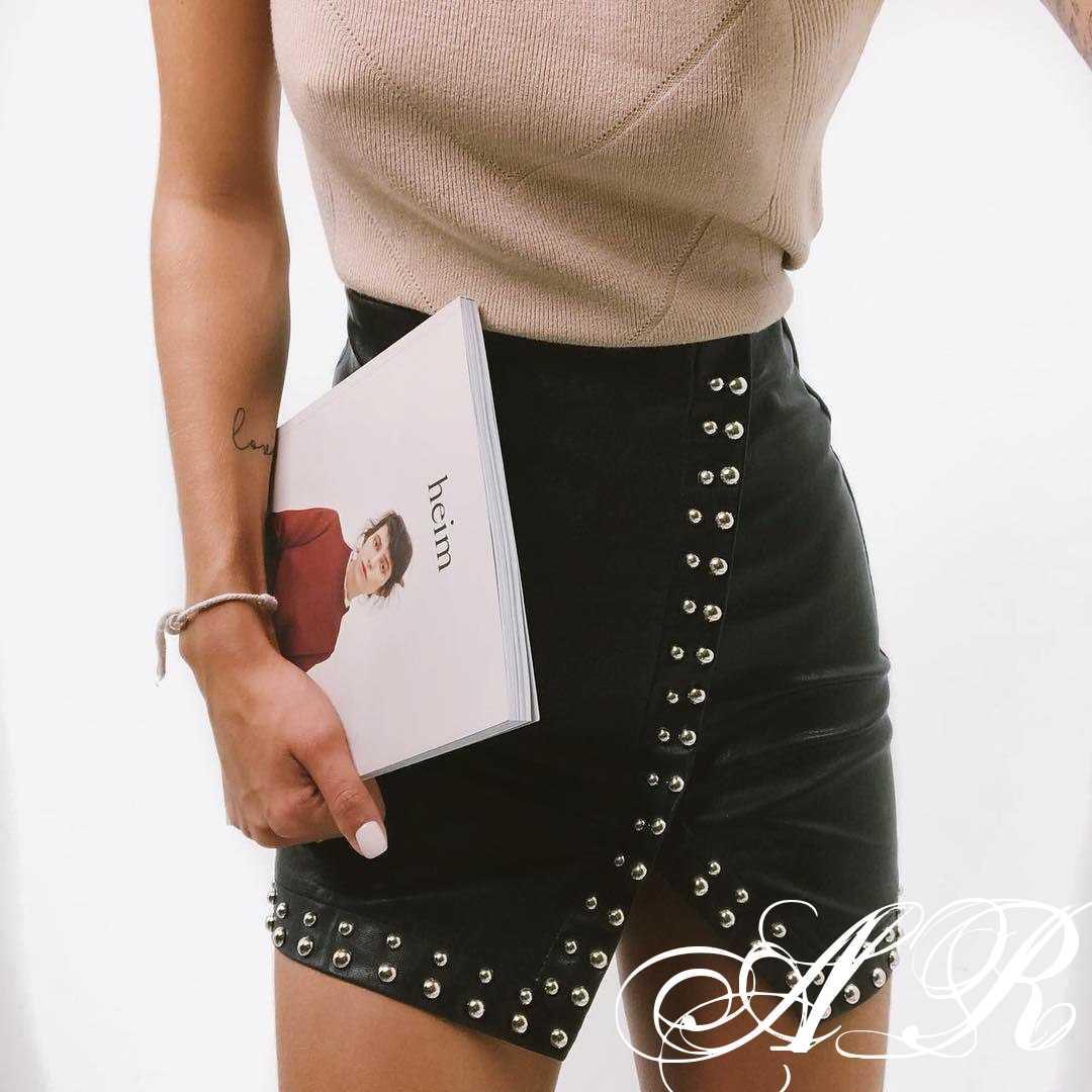 Женская стильная юбка из эко кожи с декором,черного цвета