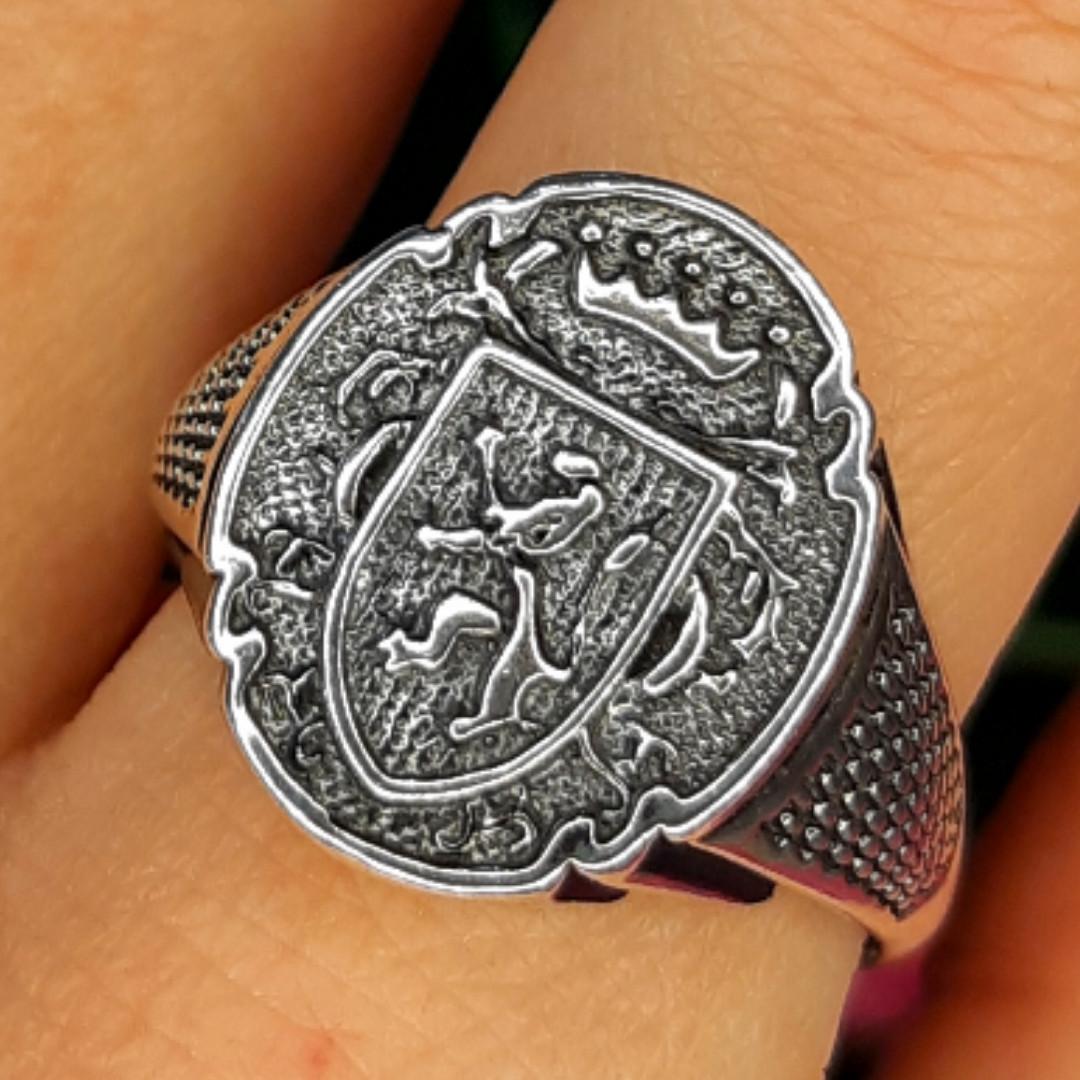 Серебряное мужское кольцо с гербом и львом