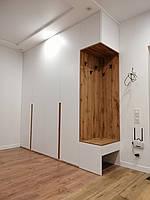Белый шкаф в прихожую с элементами дерева. Хит 2020