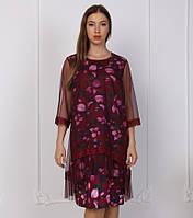 Платье с необычным принтом разных цветов.