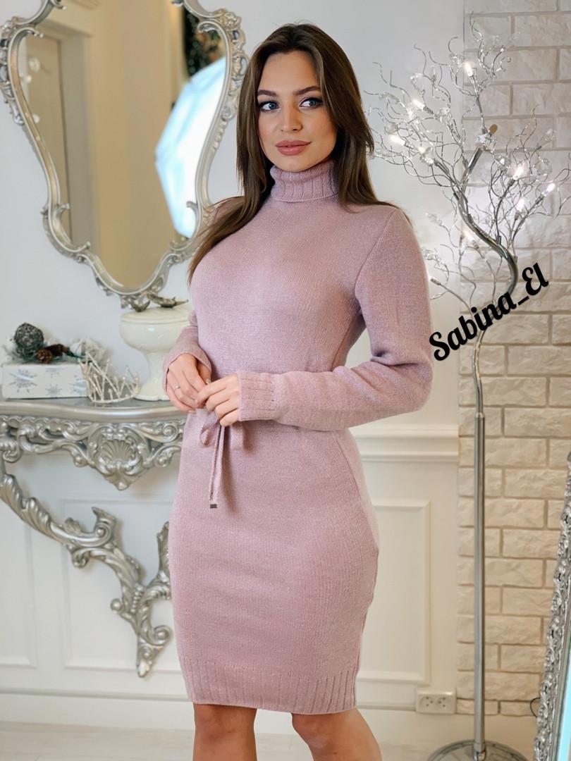 Вязаное платье с кулиской на талии и высоким воротником 703683
