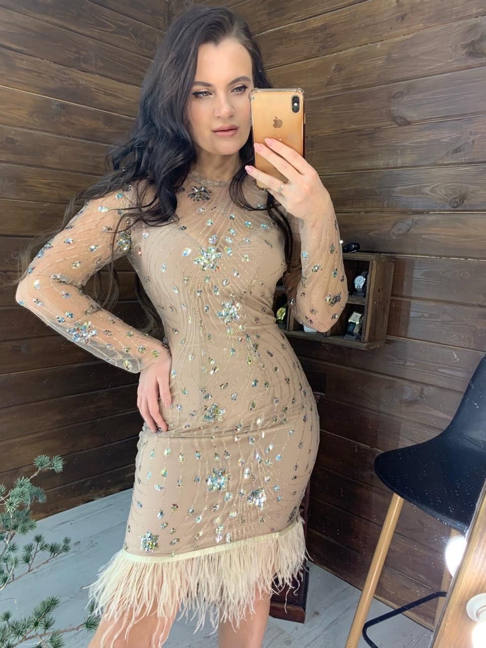 Платье по фигуре из сетки с блестками и отделкой из перьев 58py674