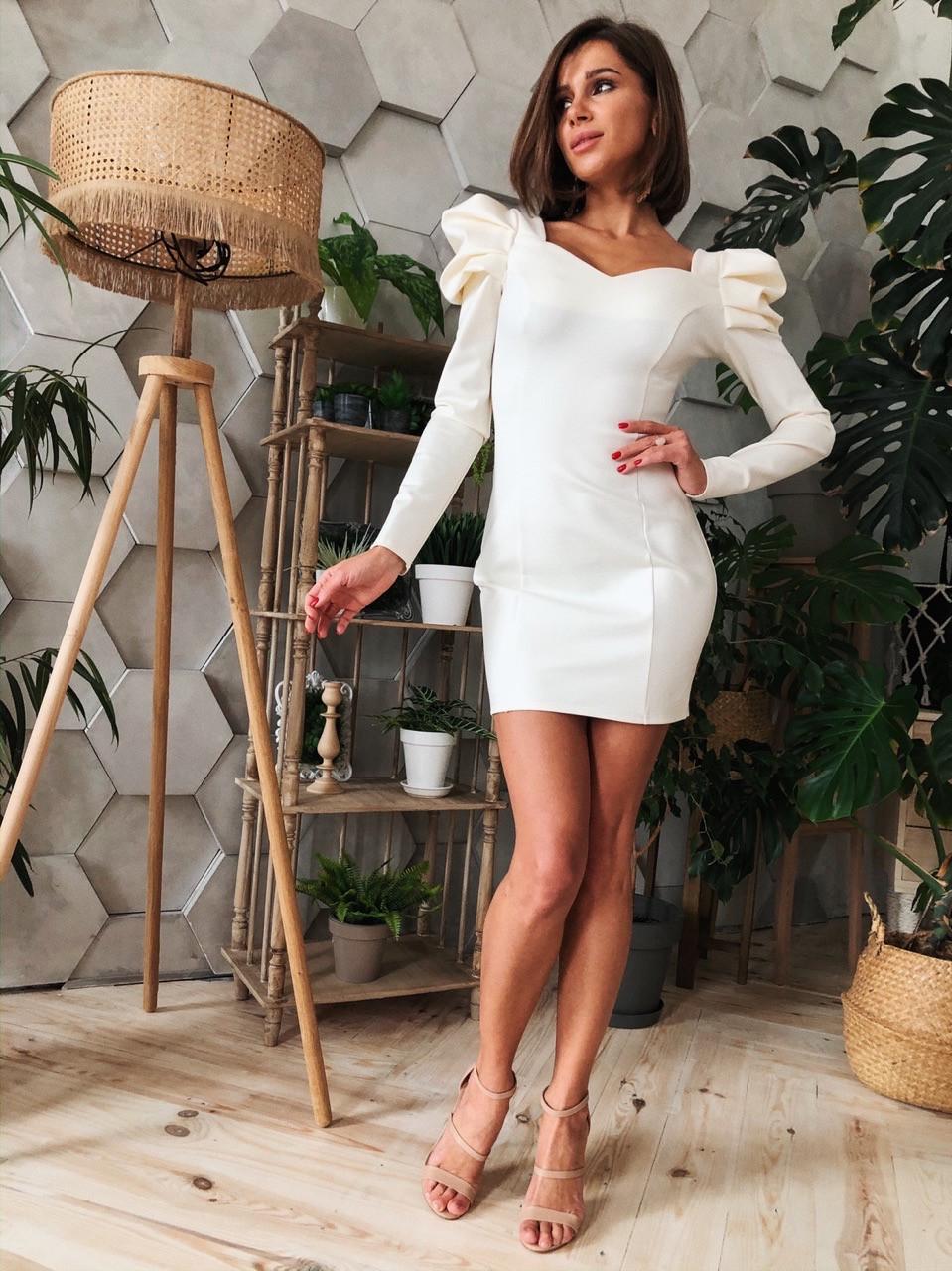 Трикотажное платье с фигурным вырезом и отделкой на плечах 14plt668