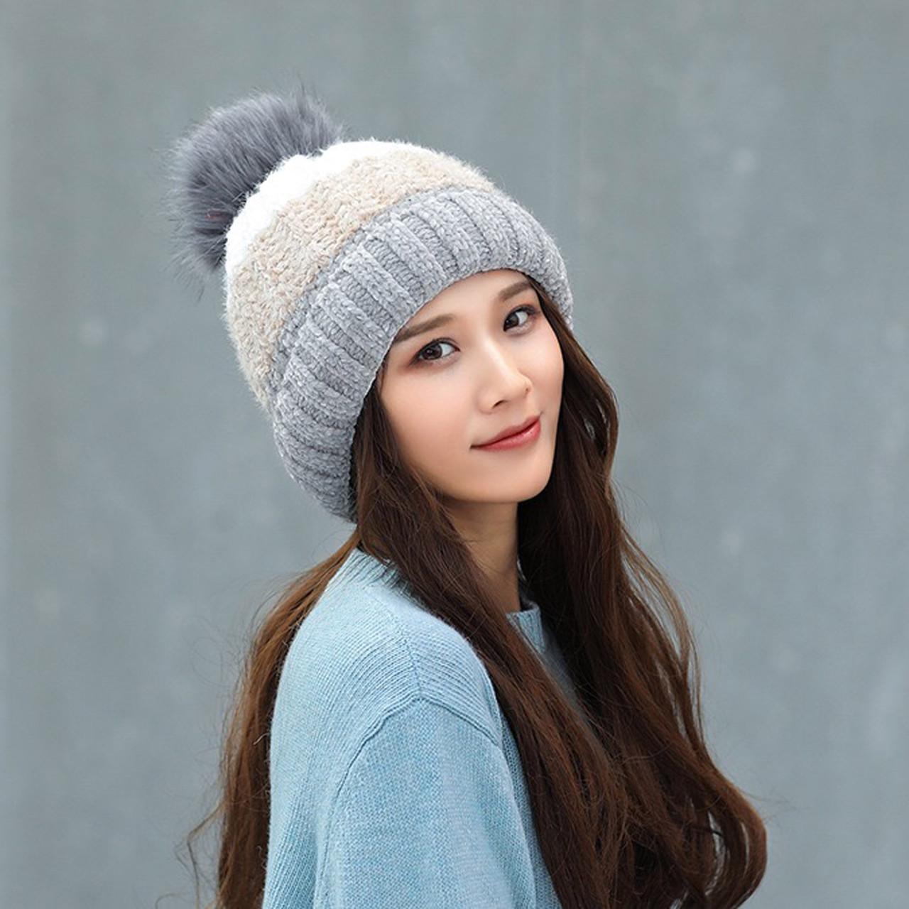 Теплая зимняя женская шапка с меховой подкладкой и бубоном помпоном серая - бежевая - белая