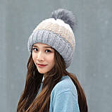 Теплая зимняя женская шапка с меховой подкладкой и бубоном помпоном серая - бежевая - белая, фото 3