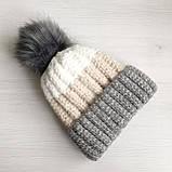 Теплая зимняя женская шапка с меховой подкладкой и бубоном помпоном серая - бежевая - белая, фото 4