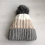 Теплая зимняя женская шапка с меховой подкладкой и бубоном помпоном серая - бежевая - белая, фото 5