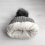 Теплая зимняя женская шапка с меховой подкладкой и бубоном помпоном серая - бежевая - белая, фото 7