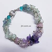 Объемный браслет из крошки натурального камня флюорита, аметиста с кварцем, длинна 21,5 см, разноцветный
