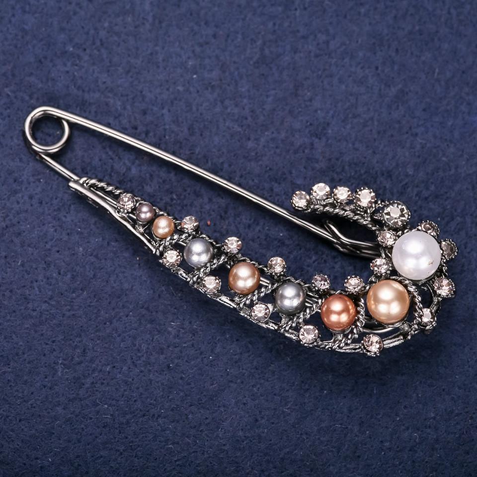 Брошь булавка серые стразы с жемчужными бусинами цвет белый, серый, золотой, бронзовый 76х28мм серебристый металл