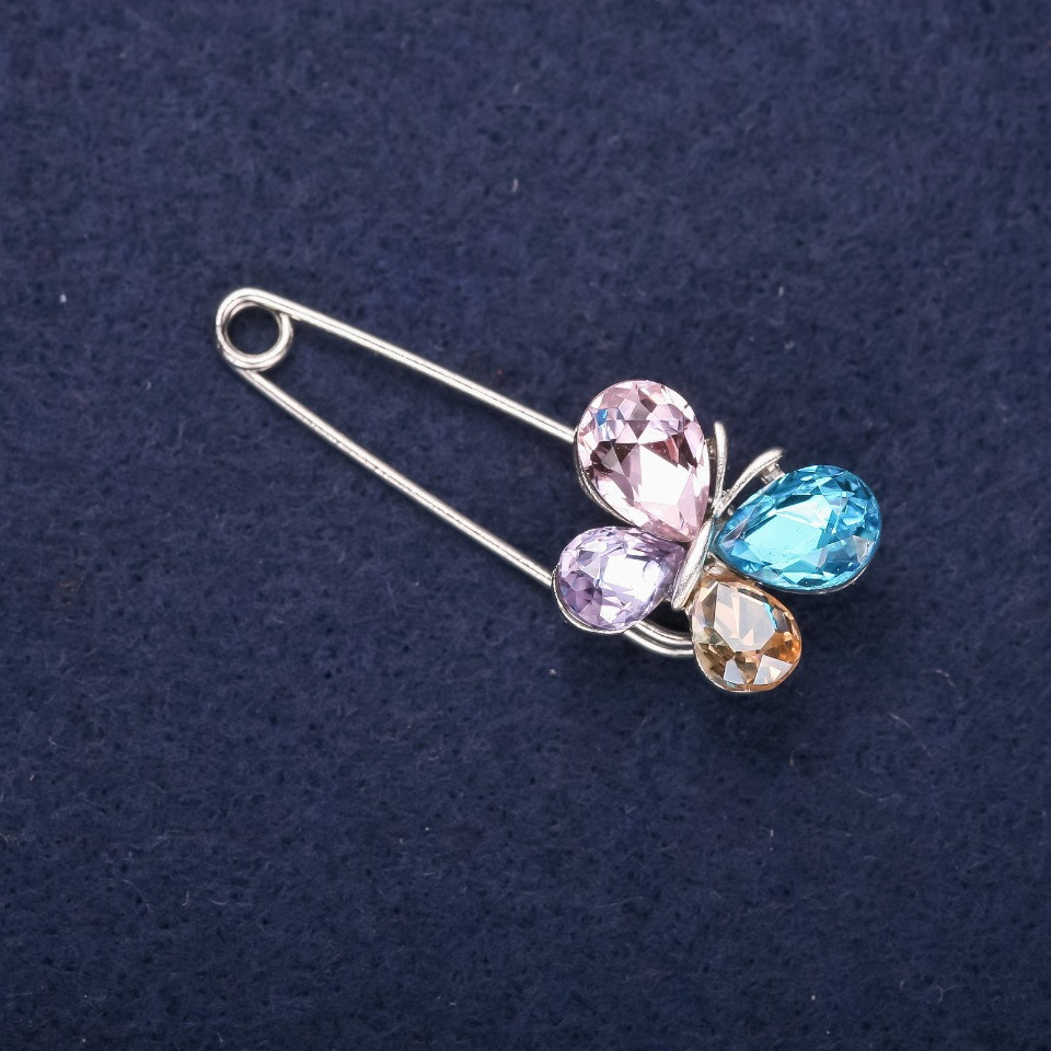 Брошь булавка Бабочка мини белые стразы цвет камней розовый голубой желтый сиреневый 40х15мм серебристый металл