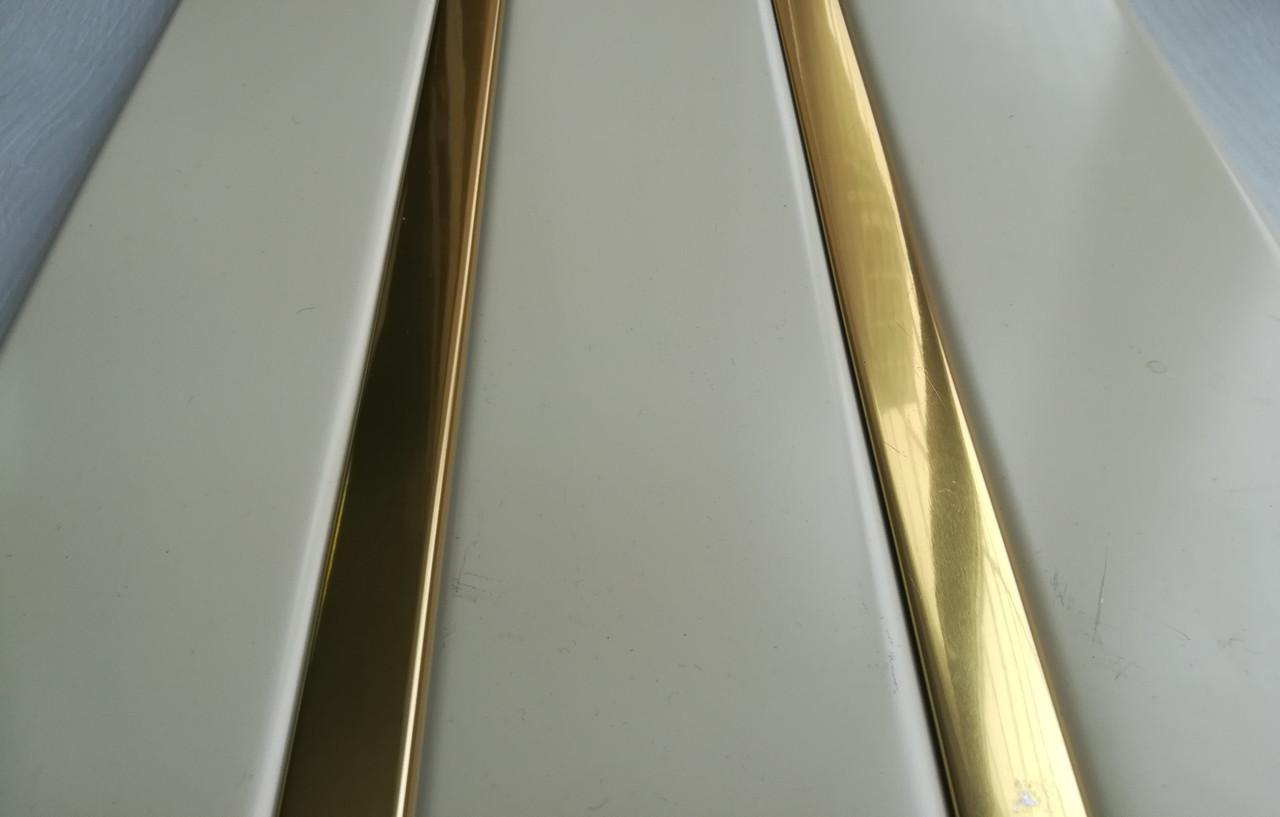 Рейкова алюмінієва стеля Allux бежевий матовий - золото дзеркальне комплект 190 см х 220 см