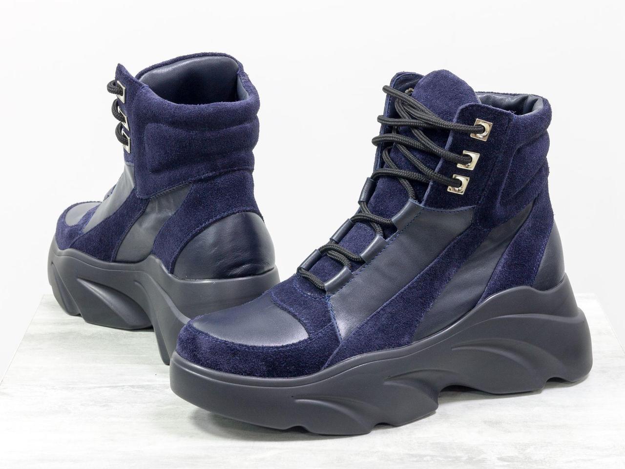 Ботинки спортивного стиля на массивной подошве из натуральной кожи и замши синего цвета