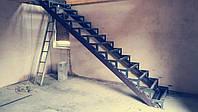 Лестница из металла с перилами прямая на больцах