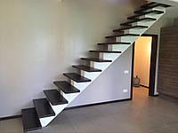 Лестница из металла с перилами прямая на тетивах