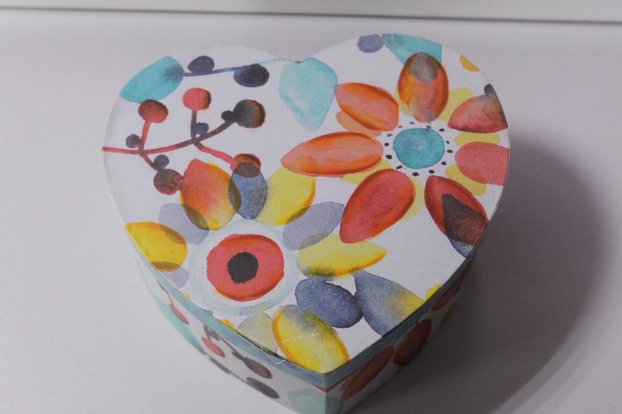 Подарочная коробка в форме сердца с рисунком цветы 15.5 см
