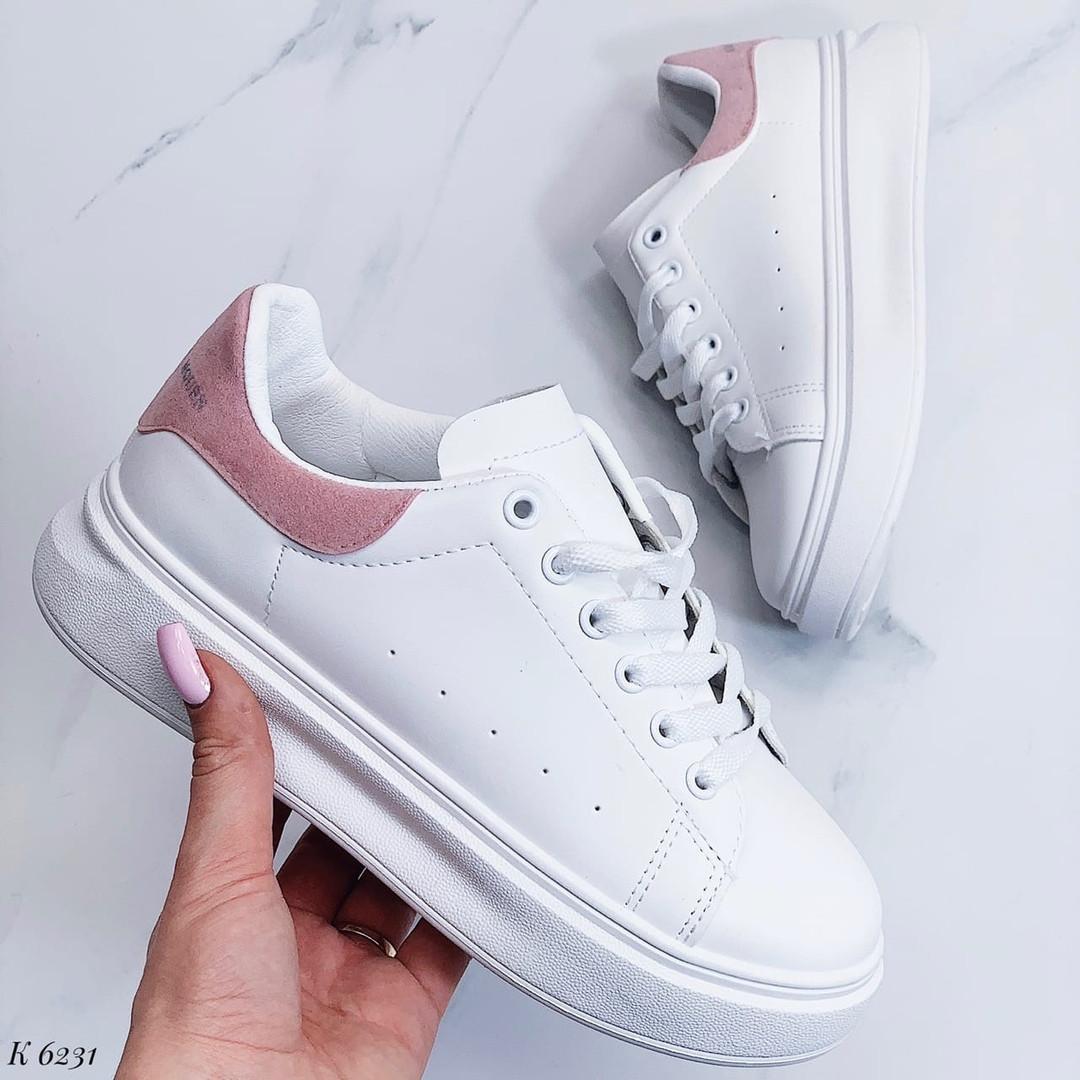 Белые кроссовки с розовой пяткой