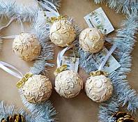 Новогодний ёлочный шар ручной работы декорированный кружевами.