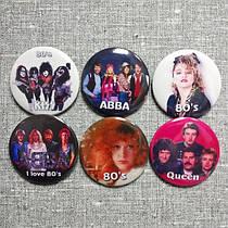 Коллекция значков с изображением музыкальных групп и исполнителей 80-х