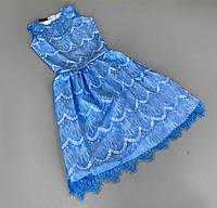 Приталенное платье из кружева-ресничек