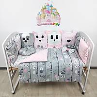 Комплект бортиков и постельного в кроватку с игрушками и плюшевыми подушками в розово-серых тонах