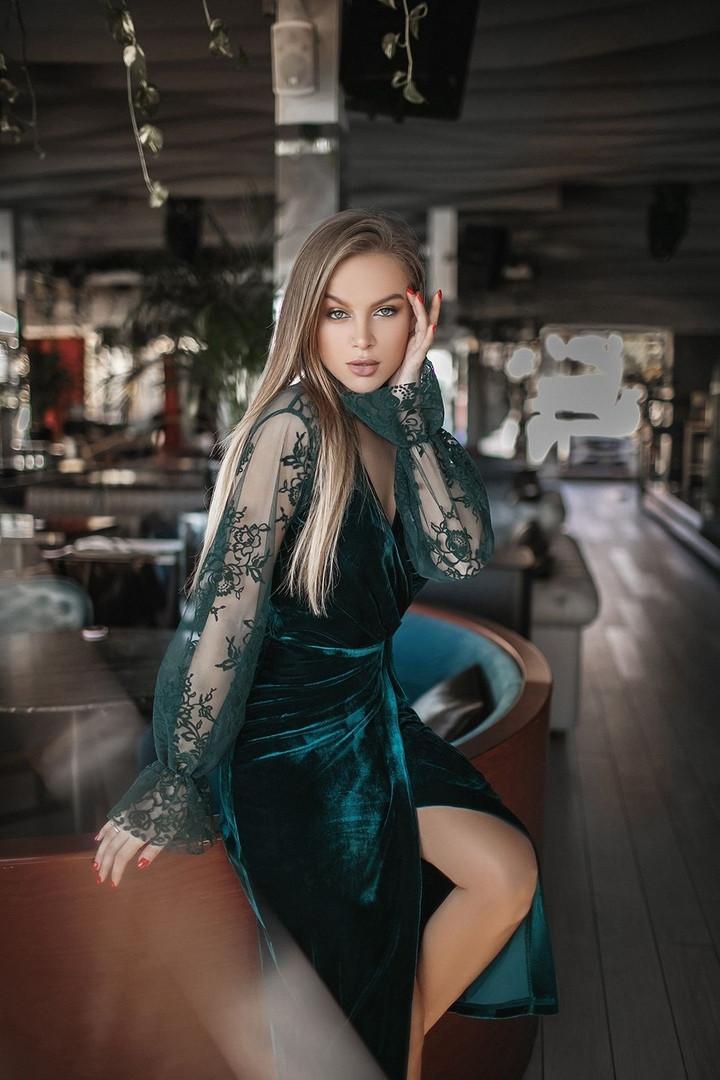 Коктейльное бархатное платье на запах изумрудного цвета с гипюровыми рукавами р. 42-46