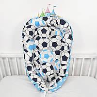 Кокон-позиционер для сна новорожденных с футбольными мячами в голубых тонах