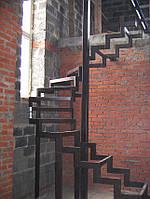 Лестница из металла трубы с перилами винтовая на косоурах