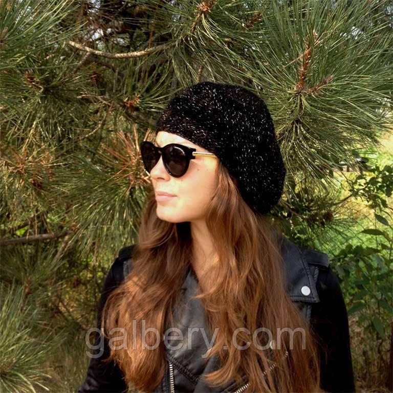 Женская вязаная шапка - берет с нависающим краем, цвета черный меланж объемной крупной вязки