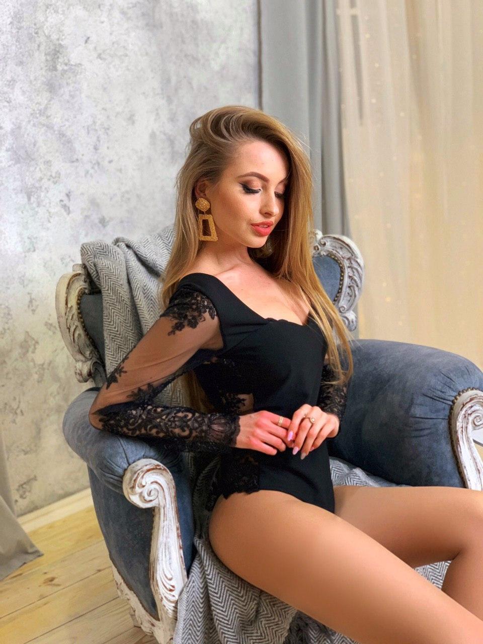 Женское черное боди с фигурным вырезом декольте и вставками кружева 4118353