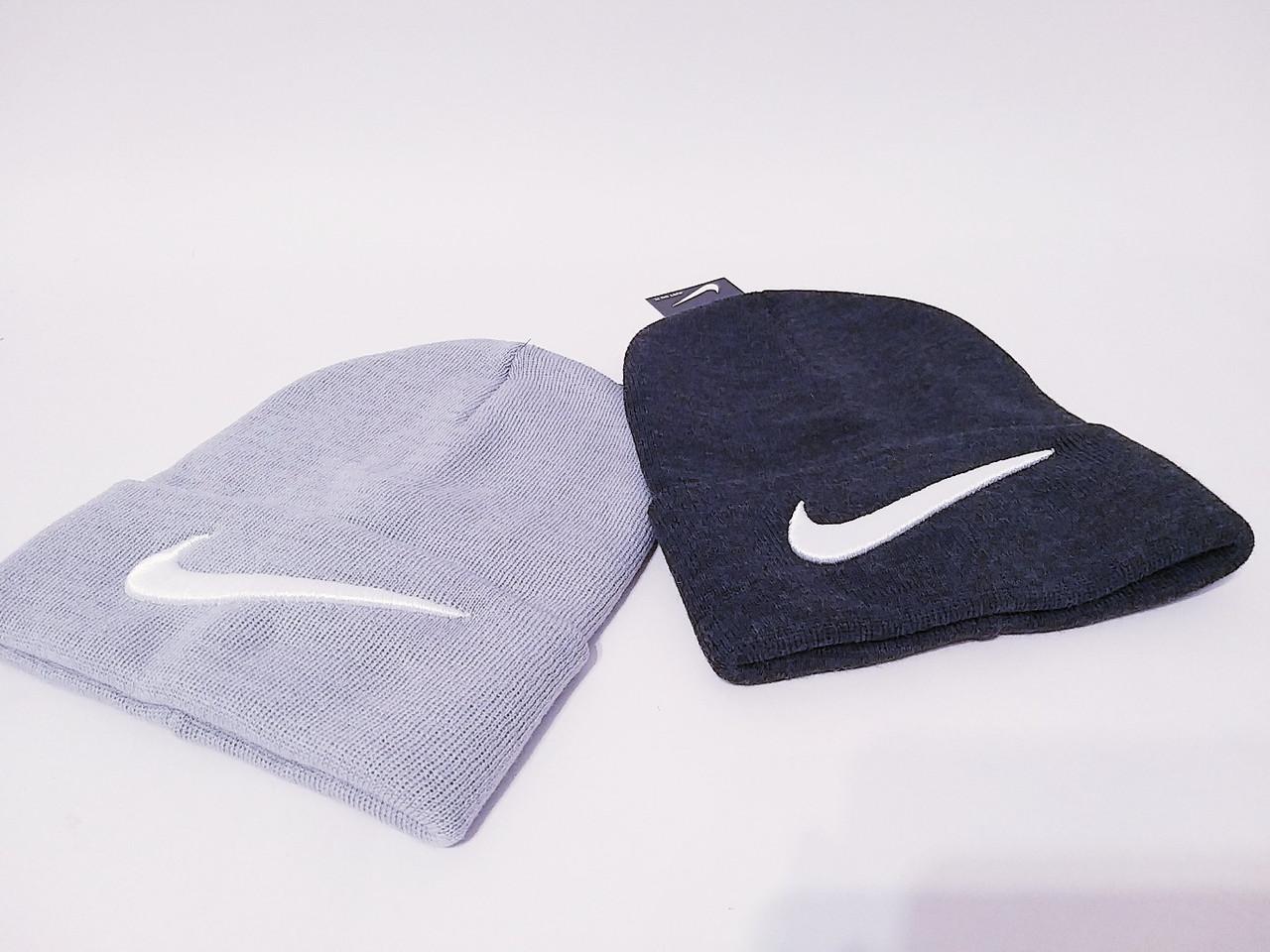 Трикотажная женская шапка лопатка с подворотом и нашивкой 12gu230