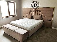 Двуспальная кровать с золотой металлической вставкой и мягкой спинкой