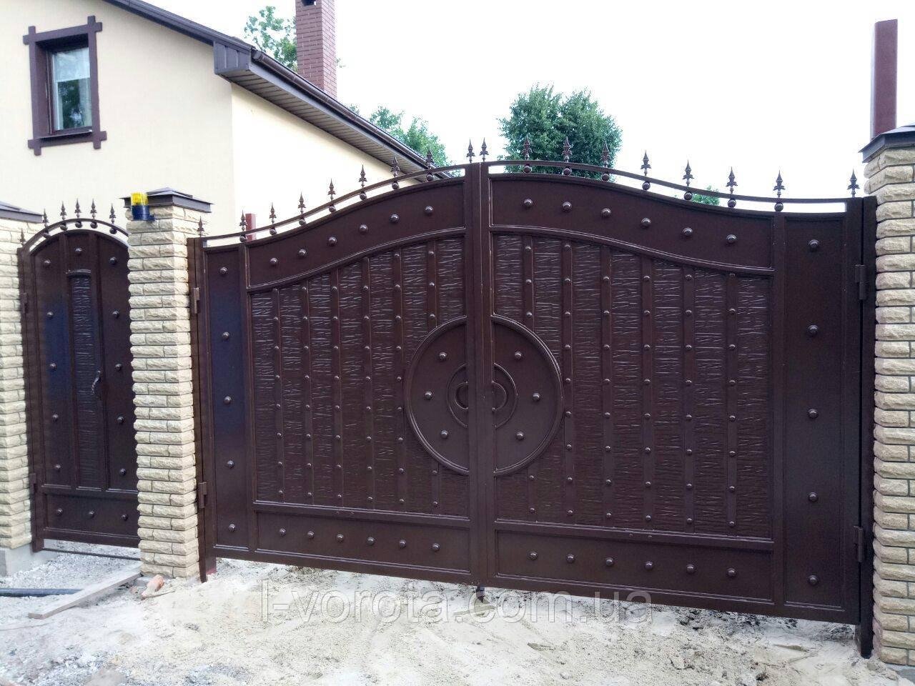 Распашные металлические ворота с рельефным декором (эффект жатки) 3100, 2300