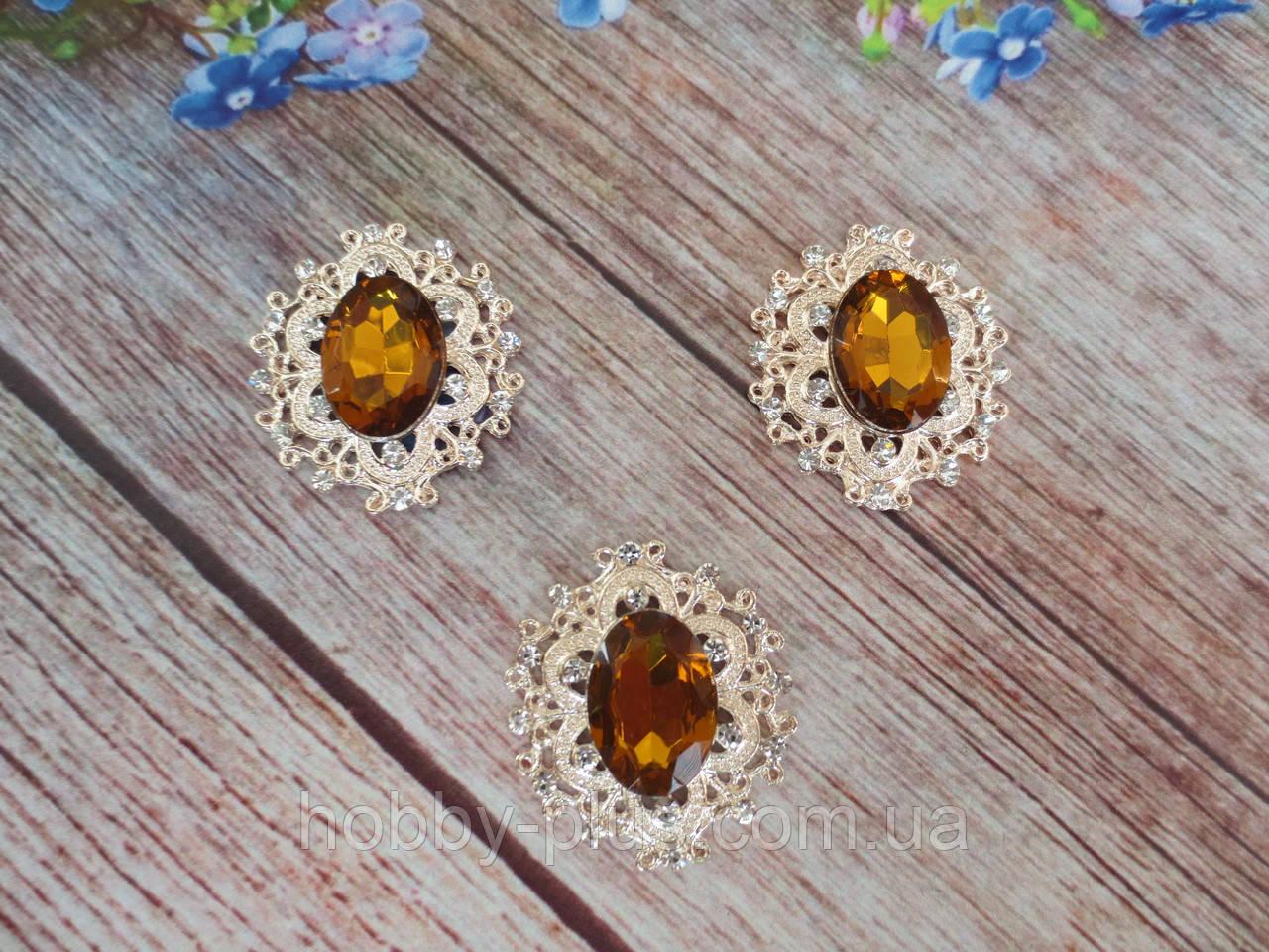 Металевий клейовий декор, 30х32 мм, колір оправи світле золото, колір каменю янтарний, 1 шт