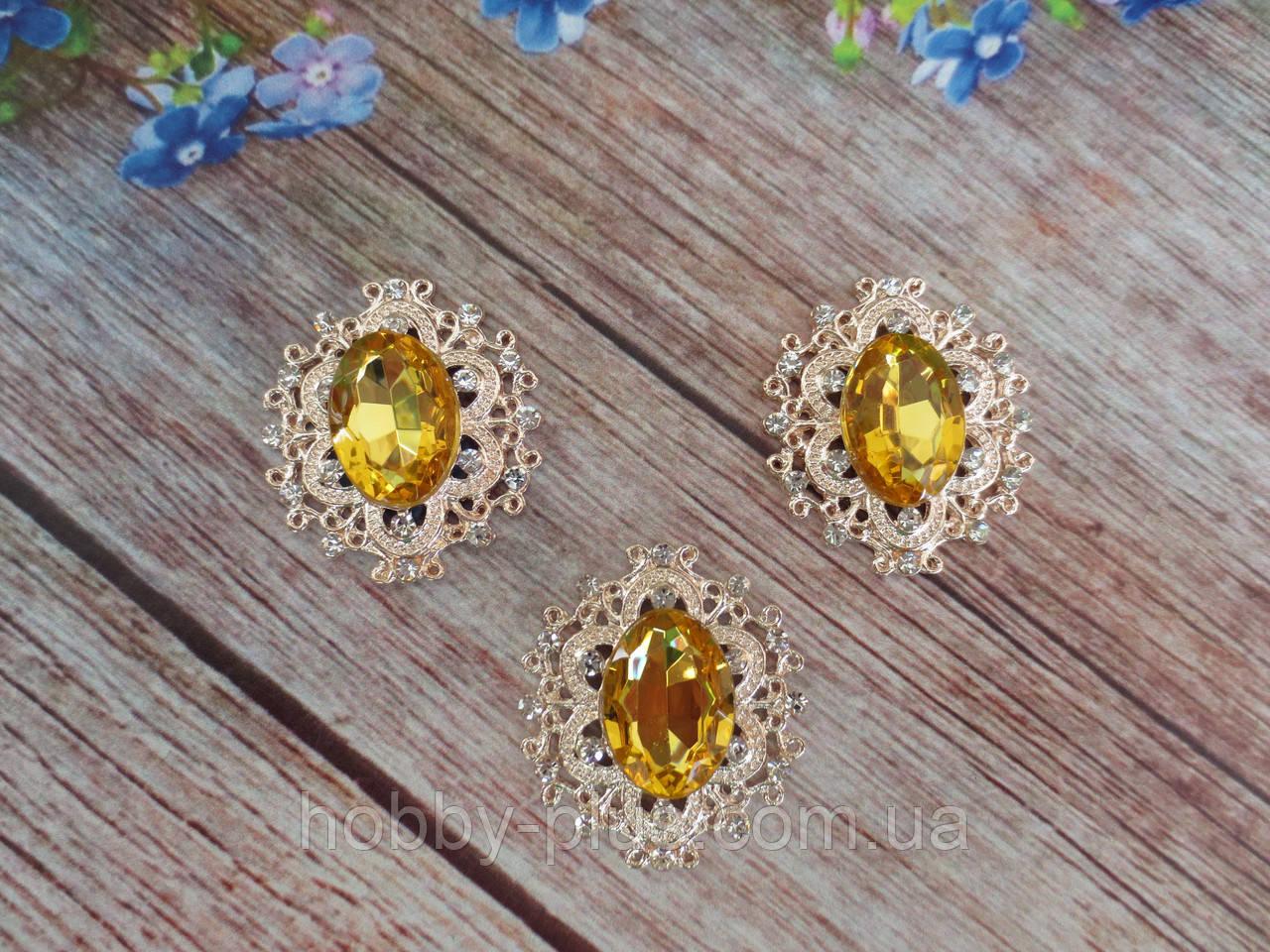 Металлический клеевой декор, 30х32 мм, цвет оправы светлое золото, цвет камня светло-янтарный, 1 шт