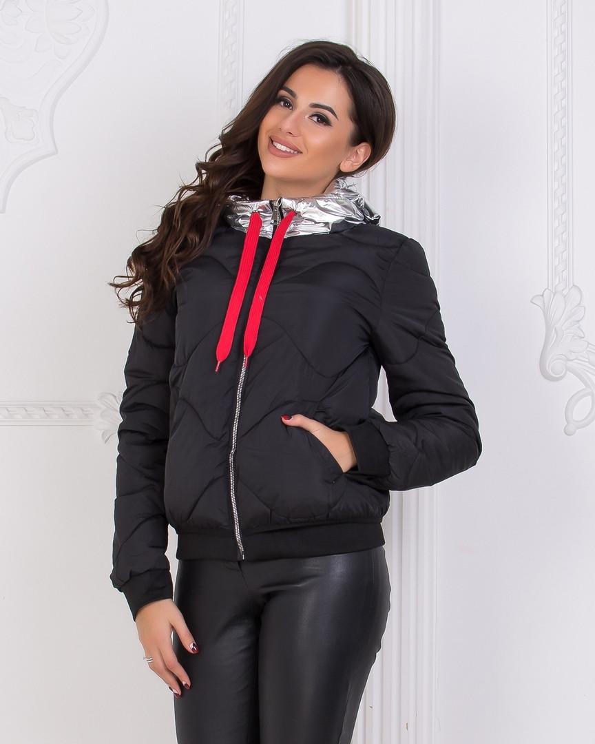 Утепленная стильная куртка черного и хаки цветов с капюшоном серебряного цвета.