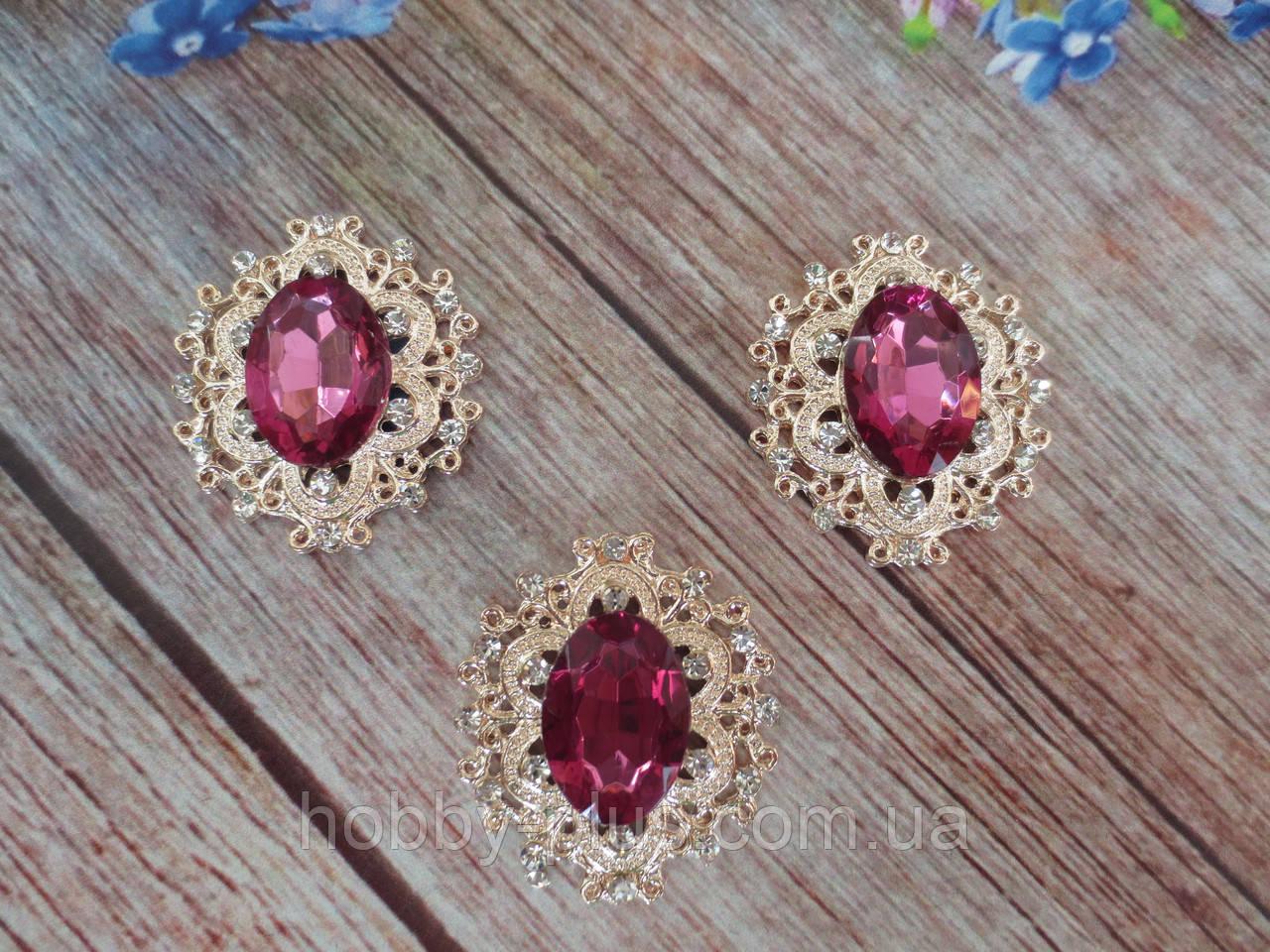Металлический клеевой декор, 30х32 мм, цвет оправы светлое золото, цвет камня темно-малиновый, 1 шт