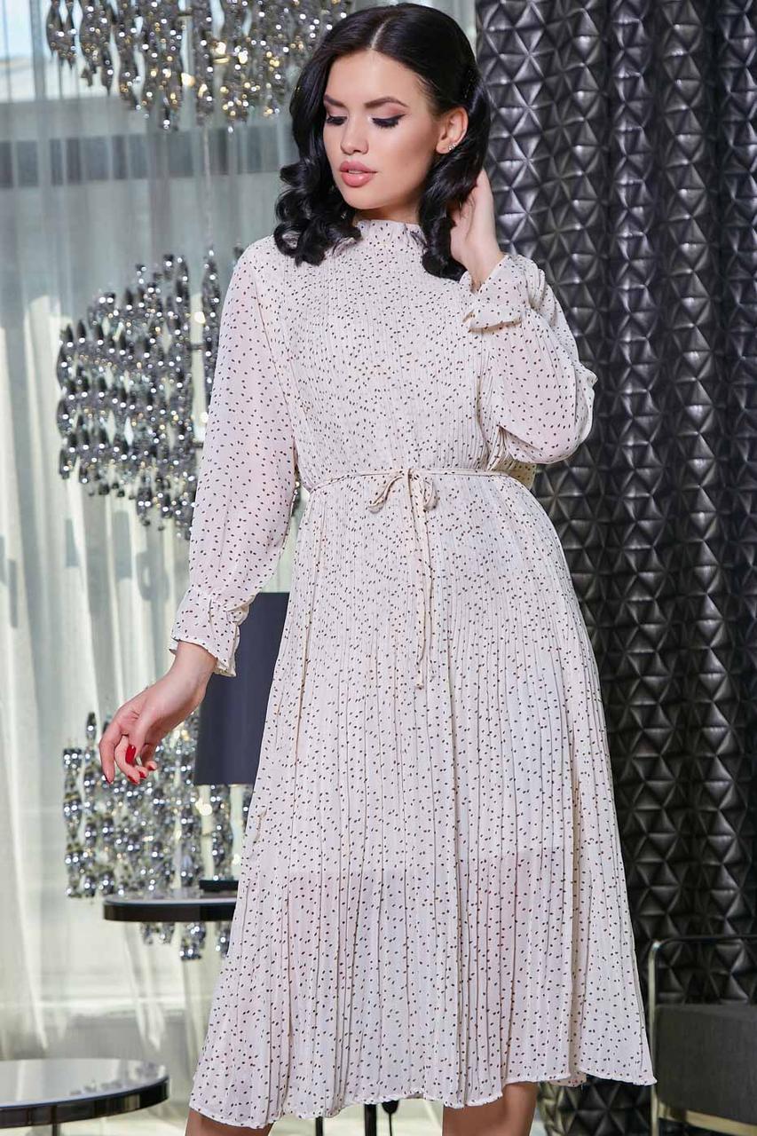Платье-жатка летнее ниже колена с длинными рукавами в горошек. Белое