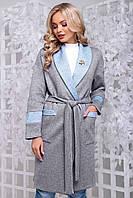 Кардиган-халат по колено с поясом и карманами, с длинными рукавами. Серо-голубой